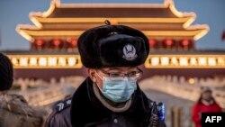Поліцейський у захисній масці біля Брами небесного спокою у Пекіні, 23 січня 2020 року (ілюстративне фото)