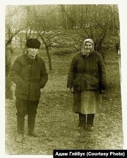 Дзяды па бацьку: Адамчык Уладзімер Хведаравіч (1907-1985) і Адамчык Браніслава Іванаўна (1906-1983). Дзятлаўскі раён, вёска Варакомшчына, 1979