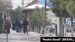 Люди на улице в районе Рудаки Таджикистана. 25 декабря 2016 года.