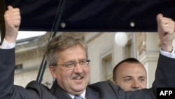 Бронислав Коморовский лидирует в первом туре президентских выборов