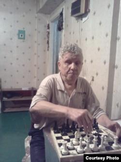 Слепой Виктор Тысяцкий играет в шахматы.
