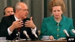 Премьер-министр Великобритании Маргарет Тэтчер и президент СССР Михаил Горбачев на совместной пресс-конференции в Москве. 8 января 1990 года.