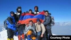 Группа иранских студентов армянского происхождения на вершине горы Арарат. 18 июля 2010 г.