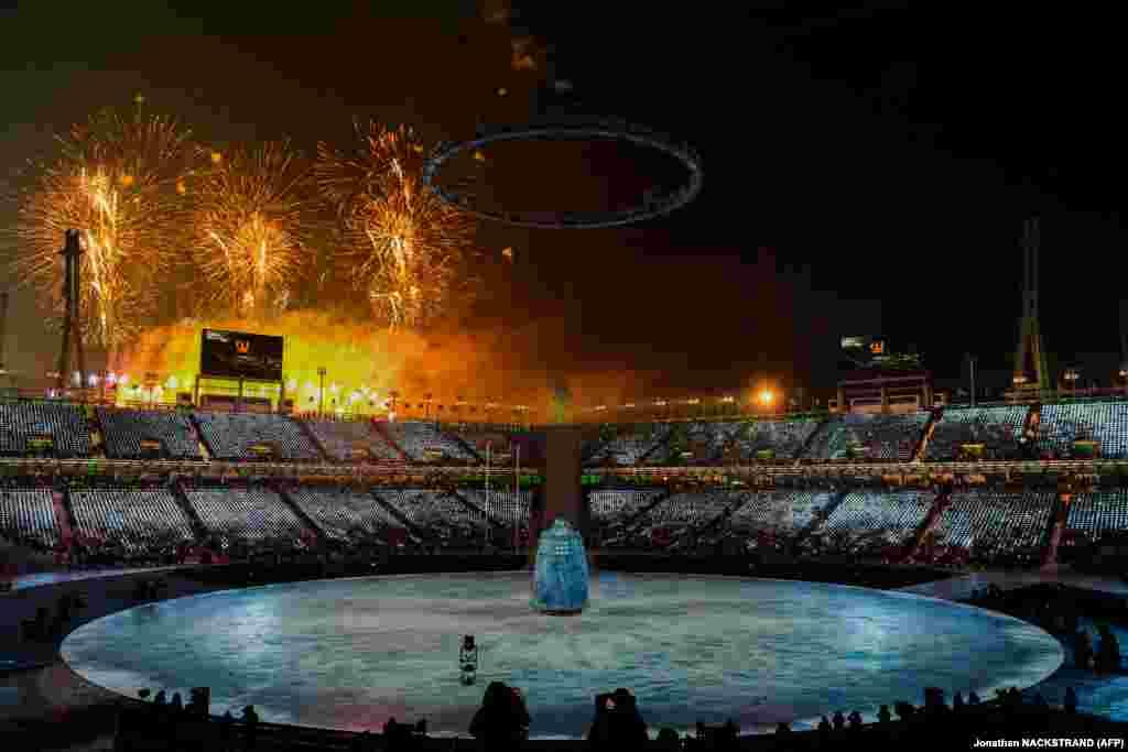 Салют на открытии Олимпиады. Церемония проходила на стадионе в Пхенчхане, который вмешает 35 тысяч человек.