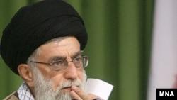 بنا به نظر سنجی واشینگتن پست، از هر ده ايرانی، تقريبا نه نفر خواهان پاسخگويی مستقيم رهبر جمهوری اسلامی به رای دهندگان است.( عکس: مهر)