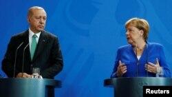 Presidenti i Turqisë, Recep Tayyip Erdogan dhe kancelarja gjermane, Angela Merkel.