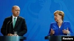 Kancelarja gjermane, Angela Merkel dhe presidenti turk, Recep Tayyip Erdogan, foto nga arkivi.