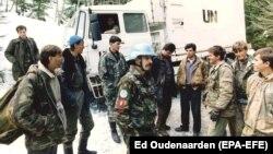 Ushtarët holandezë bisedojnë me luftëtarët myslimanë të Bosnjës në Vares, 1 Mars 1994.