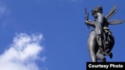 Бастилии на одноименной парижской площади давно уже нет. Зато есть театр и памятник Гению Свободы
