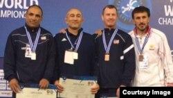 Эркин күрөш боюнча ардагерлер арасында (40 жаштан 45 жашка чейинкилер, 85 кг) дүйнө чемпионатынын байге ээлери. Афины шаары.