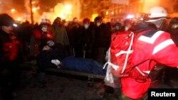 Під час протестів у Києві медичні волонтери несуть пораненого, січень 2014 року, ілюстраційне фото