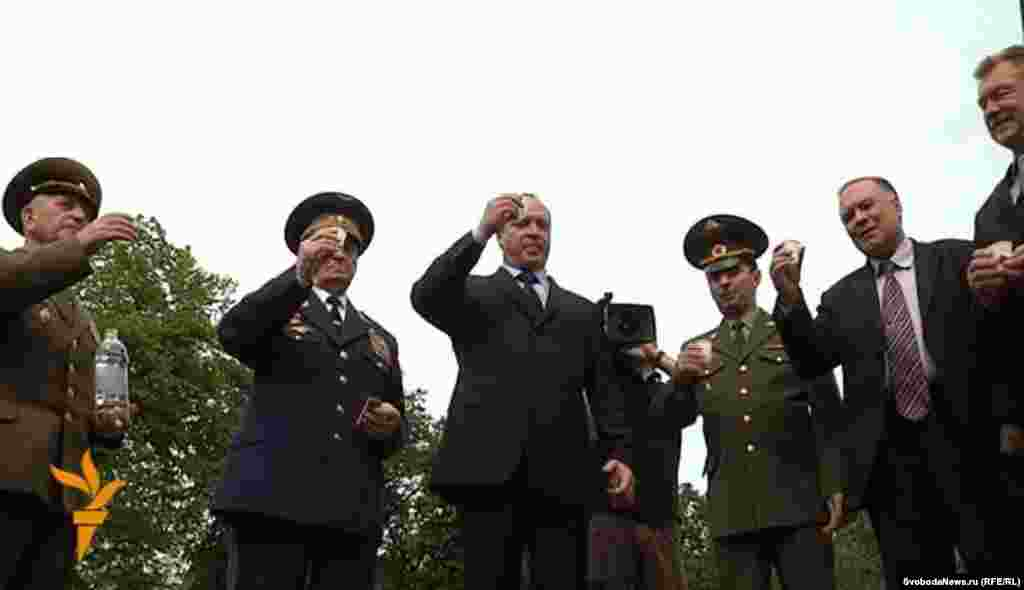 Андрей Скоч выпил с приехавшими в Будапешт ветеранами фронтовые сто граммов.