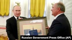 Владимир Путин и лидер КПРФ Генадий Зюганов