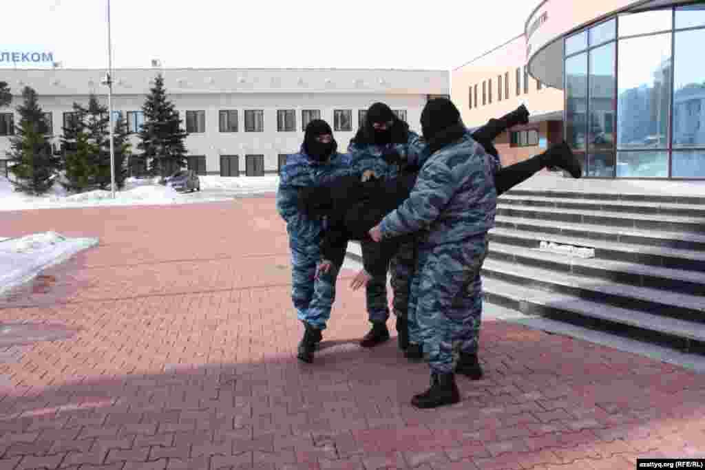 В министерстве внутренних дел Казахстана на момент публикации не назвали количество задержанных.