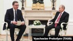 Presidenti rus, Vladimir Putin (djathtas) dhe presidenti serb, Aleksandër Vuçiq (majtas), gjatë takimit të sotëm në Moskë