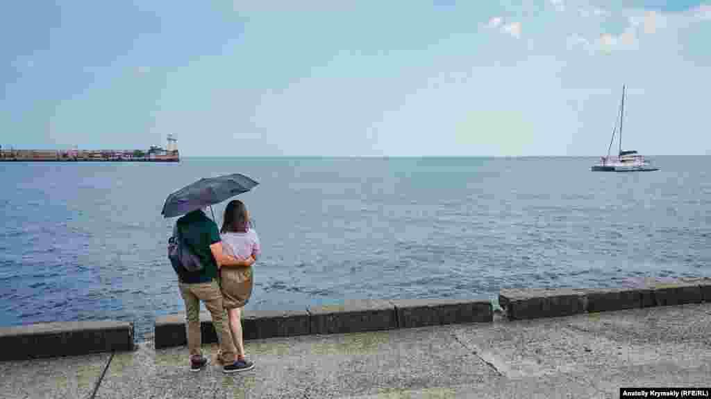 Дождливая романтика для двоих на набережной в Ялте