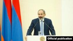И. о. премьер-министра Армении Никол Пашинян выступает на встрече с предпринимателями, Ереван, 21 ноября 2018 г.