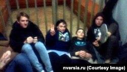 Задержанные молодые люди в полиции