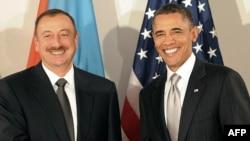 ABŞ-nyň prezidenti Barak Obama (sagda) azeri prezidenti Ylham Aliýew bilen duşuşýar, Nýu Ýork, 24-nji sentýabr 2010-njy ýyl.
