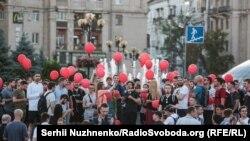 Прихильники Анатолія Шарія з червоними кульками на акції «Терпіти більше не можна», Київ, 2 липня 2019 року