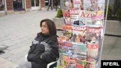 Ulični prodavac novina u Sarajevu