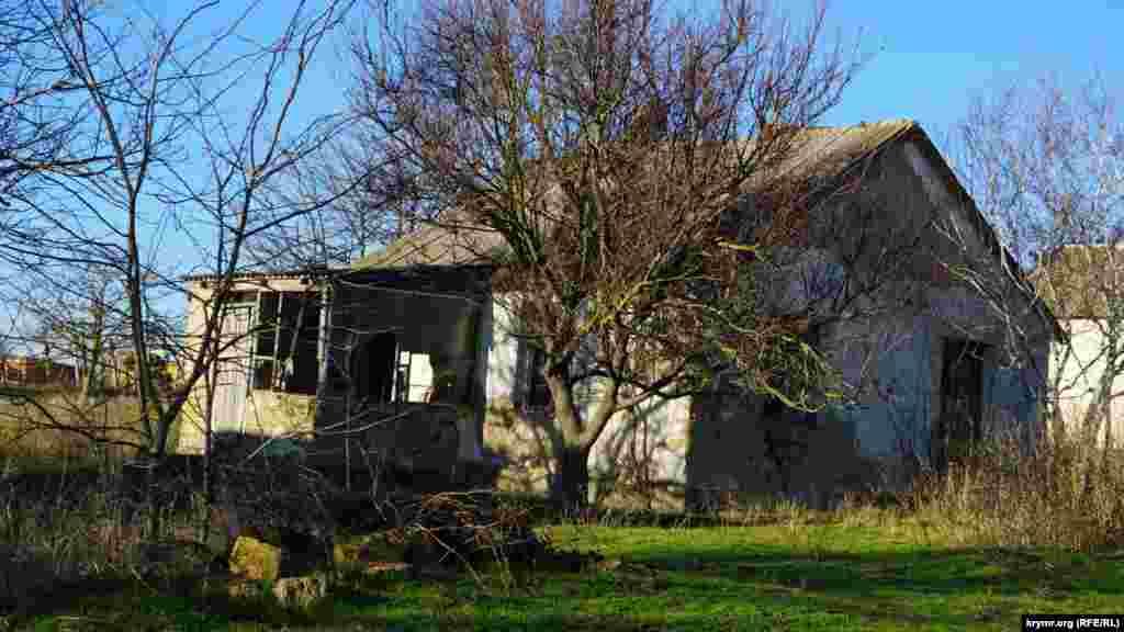 Покосились и близлежащие саманные дома, в которых теперь никто не живет.