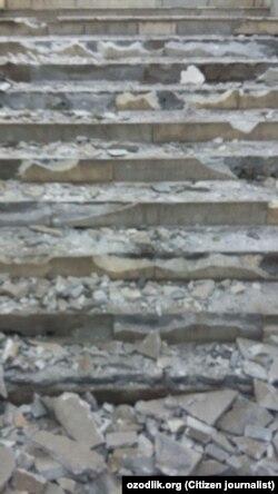 Разбитые лестницы подземного перехода в городе Намангане.