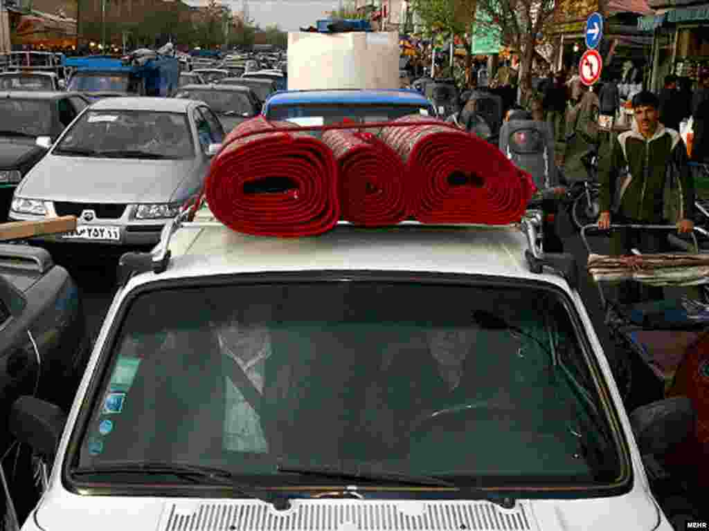 ترافیک در خیابان های منتهی به بازار. عکس از مهر