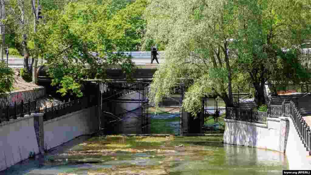 Гагаринский мост через реку Салгир в Симферополе уже около месяца открыт для движения транспорта и прохода пешеходов. Однако реконструкция объекта, продолжавшаяся почти пять месяцев, до конца так и не доведена