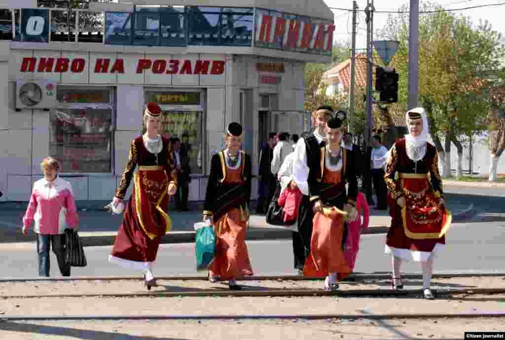 Народные гуляния. Молодежь в перерыве на концерте, посвященном Дню единства народа Казахстана. Прислал Асет Темирбаев.