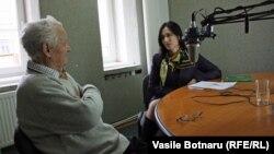 Vladimir Beşleagă şi Loretta Handrabura în studioul Europei Libere