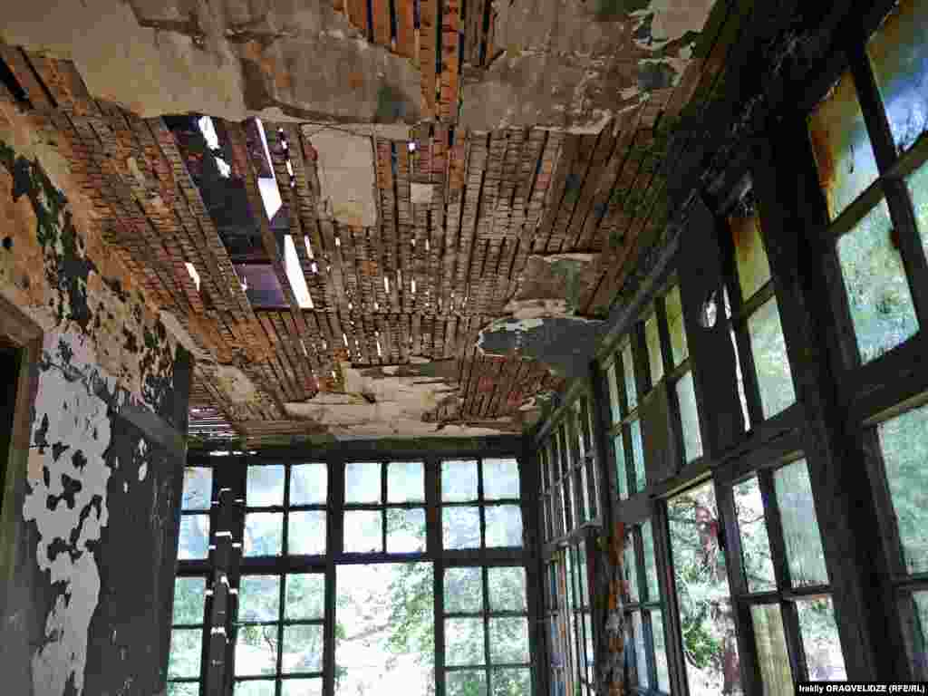 Почти уничтожено здание, которое предназначалось для персонала