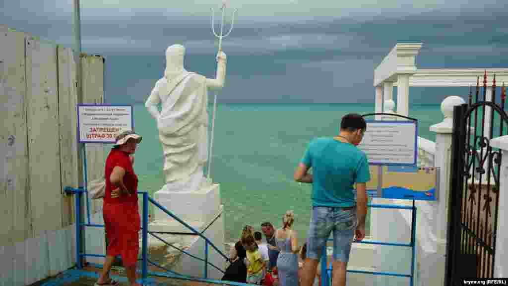 Статуя древнеримского бога моря Нептуна будто бы смотрит на надвигающуюся грозовую тучу