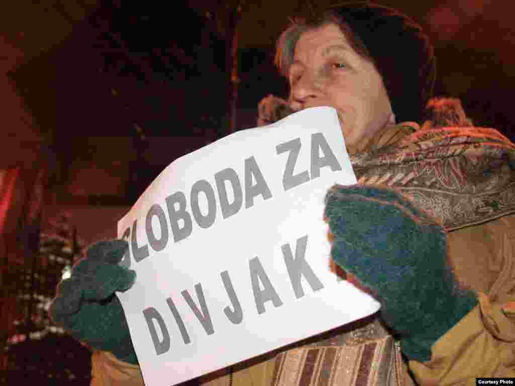 Jovan Divjak uhapšen u Beču zbog slučaja Dobrovoljačka, građani Sarajeva mirnim protestima ispred Austrijskog veleposlanstva traže njegovo oslobađanje. Foto: Nermin Čolić / Radiosarajevo.ba