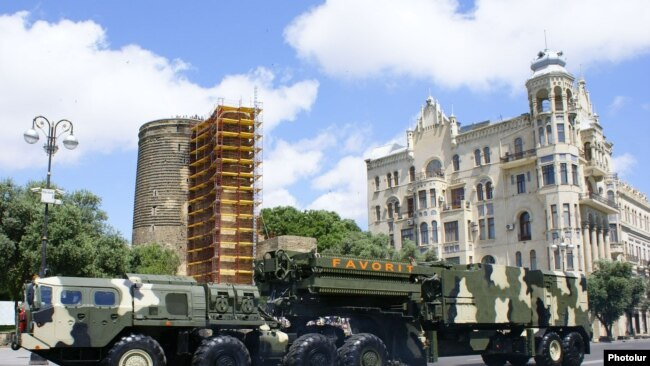Азербайджанские ракетно-зенитные комплексы С-300 во время военного парада в Баку, 2011 год