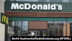 У «Макдональдзі» в Україні основною мовою комунікації є українська, пояснює пресслужба компанії. Це влаштовує не всіх