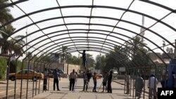 عمال ينصبون هيكلاً لخيمة عزاء في عرض شارع ببغداد