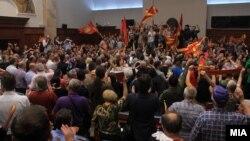 """Актерот Владо Јовановски дел од иницијативата """"За заедничка Македонија"""", откако демонстрантите влегоа во Собранието."""