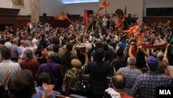 Մակեդոնիա - Ցուցարարները ներխուժել են խորհրդարան և ծեծի ենթարկել մի քանի տասնյակ պատգամավորների, Սկոպյե, 27-ը ապրիլի, 2017թ.