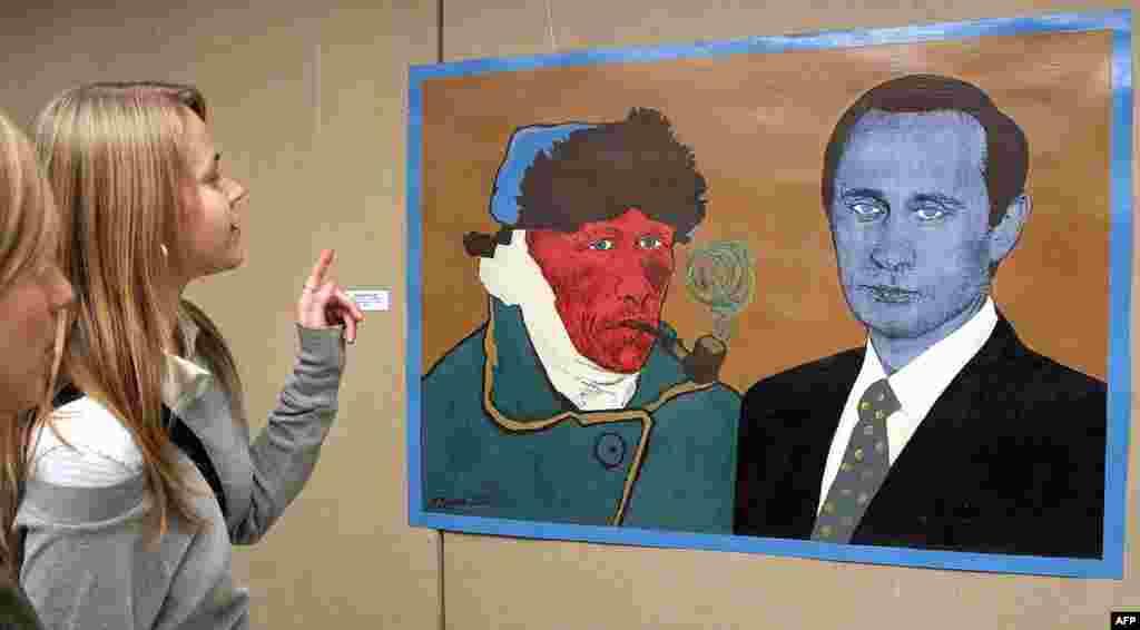 Відвідувачі на фестивалі мистецтв у Санкт-Петербурзі дивляться на картину «Ван Гог - це улюблений художник президента Росії Володимира Путіна», 2004 рік.