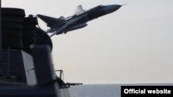 Një fotografi e Marinës së SHBA-ve ku tregohet ai që duket se është aeroplani rus Su-24 duke fluturar shumë afër luftanijes U.S.S. Donald Cook