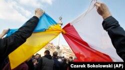 Польша мен Украина туларын біріктіріп ұстап тұрған адамдар. Варшава, 23 ақпан 2014 жыл.