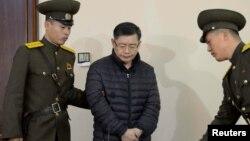 Хен Су Лим в суде Пхеньяна. Снимок опубликован официальным информационным агентством Северной Кореи (ЦТАК) 16 декабря 2015 года.