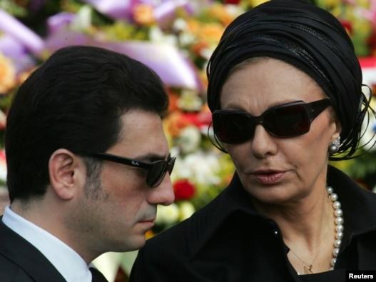 علیرضا پهلوی در کنار مادر، فرح دیبا، ملکه سابق ایران