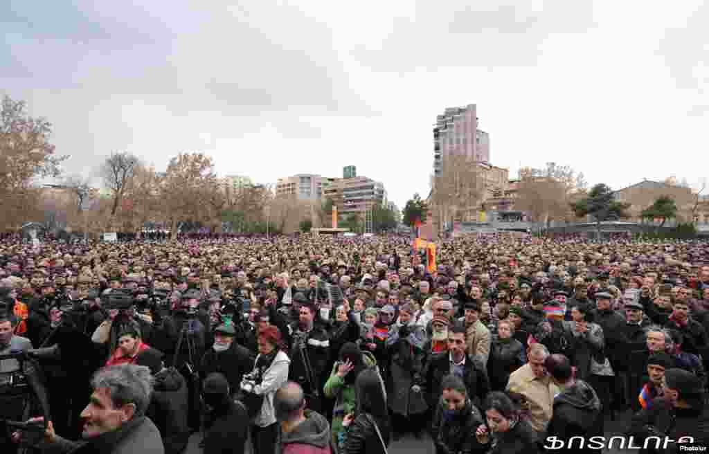 Ermənistanda müxalifət lideriRaffi Hovanisianın seçicilərlə görüşü