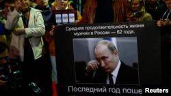 Акція протесту проти режиму Путіна біля посольства Росії у Варшаві в день народження російського президента, 7 жовтня 2014 року