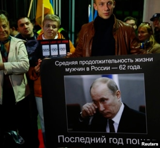 Демонстрация протеста в столице Польши у посольства России по случаю 62-й годовщины со дня рождения президента России Владимира Путина. Варшава, 7 октября 2014 года.