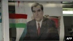 Тәжікстан президентінің суретінің алдында тұрған астана тұрғындары. Душанбе, 26 қазан 2006 жыл