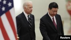 2011 жылы АҚШ вице-президенті болған Джо Байден (сол жақта) және Қытай басшысы Си Цзиньпин.