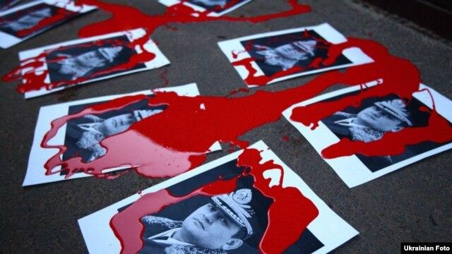 Під час пікетування заміського будинку Віталія Захарченка 27 грудня учасники протесту, зокрема, розклали біля будинку фотографії керівника МВС, облиті червоною фарбою